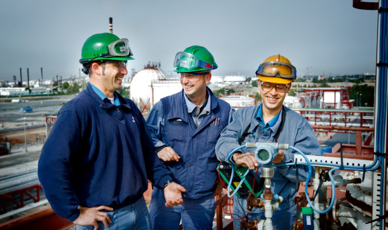 Engineers using Beamex calibrator